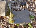 Kolejny zniszczony fragment tablicy nagrobnej