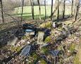 Jedno z wielu na terenie cmentarza skupisk zrzuconych nagrobków