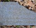 Dolna część ułamanej tablicy nagrobnej z widoczną inskrypcją