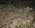 Wszędzie pod płotem można dostrzec kamienne ramy mogił