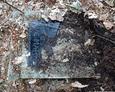 Pozostałości mogił odkopane spod ziemi. Niewiadomo czy nagrobki te pochodzą z odnowionych mogił czy ze zlikwidowanych nagrobków (?)