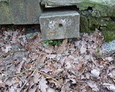 Elementy dawnych nagdobków ,,wplecione'' w ogrodzenie cmentarza