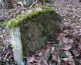 Pozostałości starych nagrobków poza terenem cmentarza