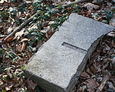 Fragment zniszczonej płyty nagrobnej