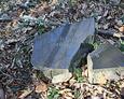 Zniszczone fragmenty nagrobków