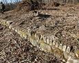 Tajemnicze pozostałości jakiejś budowli znajdującej się naprzeciw cmentarza