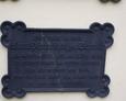 Żeliwna tablica na ścianie kościoła