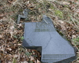 Zniszczony granitowy krzyż