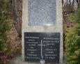 Kamienny postument pamiątkowy stojący zaraz przy wzniesieniu, na którym znajdował się cmentarz