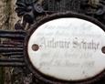 Porcelanowa tabliczka z widoczną inskrypcją