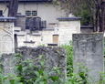 Wolnostojące nagrobki na cmentarzu Remuh
