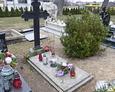 Jedna ze starych mogił na cmentarzu przykościelnym w Przodkowie