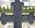 Widoczna inskrypcja na żeliwnym krzyżu
