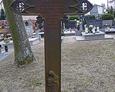 Żeliwny krzyż na terenie cmentarza przykościelnego