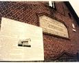Odnaleziona tablica na ścianie szkoły w Żarnowcu