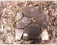 Popękany kamienny krzyż (Oskowo)