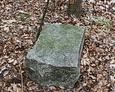 Fragment zniszczonego pomnika nagrobnego