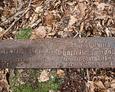 Odnaleziona pod liśćmi żeliwna tabliczka z widoczną inskrypcją