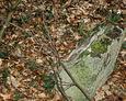 Pęknięta kamienna podstawa pod krzyż