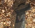 W rozkopanej mogile wrzucony kamienny krzyż