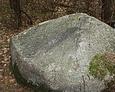 Kamienny obelisk, upamiętniający zmarłą matkę