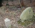 Jeden z kamieni usytuowany zaraz przy wejściu na cmentarz