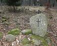 Kolejny kamień przy wejściu na cmentarz