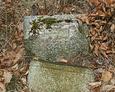 Zniszczona podstawa pod żeliwny krzyż