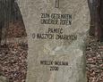 Kamienny obelisk z inskrypcją pamiątkową