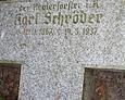 Widoczna inskrypcja wskazuje, że pochowany tu został leśnik Karl Schröder