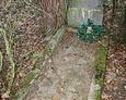 Kamienny nagrobek z zachowaną (posklejaną) czarną tablicą inskrypcyjną