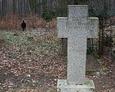 Jeden z licznych nagrobków w formie kamiennego krzyża