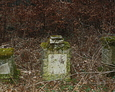 Pozostałości kamiennych postumentów nagrobnych