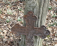 Oparty o kamienny postument jeden z zachowanych krzyży żeliwnych