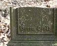 Dolna część ułamanego żeliwnego krzyża z widoczną sygnaturą wykonawcy odlewu - ''Burow, Stolp''