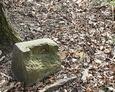 Fragment zachowanego kamiennego postumentu pod żeliwny krzyż