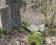 Poprzewracane kamienie pochodzące ze ścian kaplicy