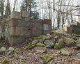 Ruiny kaplicy grobowej. Wyraźnie widoczne wejście do grobowca