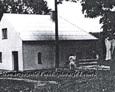 Murowana kaplica oraz widoczny pomnik ku czci poległych Polaków w I wojnie światowej   (zdjęcia pochodzą najprawdopodbniej z lat 80tych)