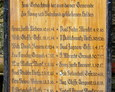 Drewniana tablica niegdyś znajdująca się na pomniku; dziś przechowywana w miejscowym kościele (fot. Warcisław Machura)