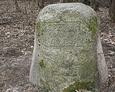 Również i na tym kamieniu widać ślady, które wskazują iż jeszcze do niedawna był on przewrócony