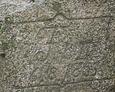 Zbliżenie napisu na kamieniu pamiątkowym