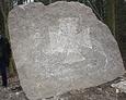 Przy głazie widoczne są ślady świadczące o tym, że wcześniej leżał on przewrócony na ziemi