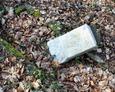 Kamienny postument pod krzyż żeliwny