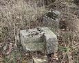 Fragmenty nagrobków znajdujące się tuż przed cmentarzem