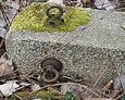 Przewrócony element ogrodzenia nagrobnego