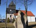 Kościół parafialny pod wezwaniem Matki Boskiej Częstochowskiej; na pierwszym planie pomnik poległych w I wojnie światowej