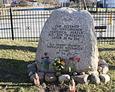 Głaz upamiętniający zmarłych mieszkańców Łupawy, pochowanych niegdyś na istniejącym na tym terenie cmentarzu