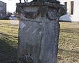 Kamienny postument dekoracyjny z wazą bez jakichkolwiek inskrypcji identyfikacyjnych