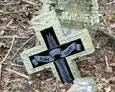 Zniszczony krzyż granitowy